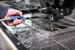 Lohnfertiger setzt auf präzise Wasserstrahlschneidanlage von Omax