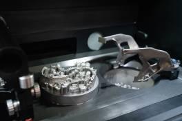 Trumpf druckt Zahnersatz automatisch im Mehrschichtbetrieb