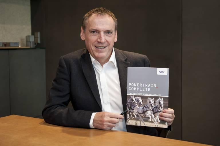 Ing. Matthias Mayer, Geschäftsführer der TAT präsentiert das neue Antriebsstrang-Konzept Powertrain_Complete.