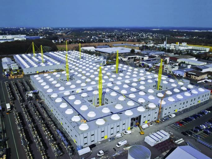 Auch am Stammsitz in Köln stehen die Zeichen für igus auf Wachstum: Hier wurde ein benachbartes Grundstück mit 50.300 m² erworben – und im Mai wird die Erweiterung des Fabrikgebäudes um 8.500 m² fertig gestellt sein.