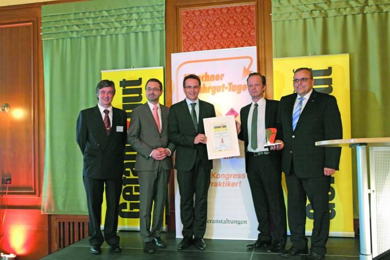 Preisüberreichung: (v. l. n. r.) Rudolf Gebhardt / Verlag Heinrich Vogel, Ralf Resch / ADAC, GF Rainer Kienreich / ASFINAG, GF Andreas Tarnoki / SICK System Engineering AG und GF Helmut Maier / Sick Österreich).