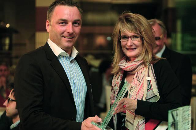 Andreas Fuchs, Serviceleiter von Endress+Hauser Österreich, nimmt stolz den KVA Service Award 2012 entgegen.