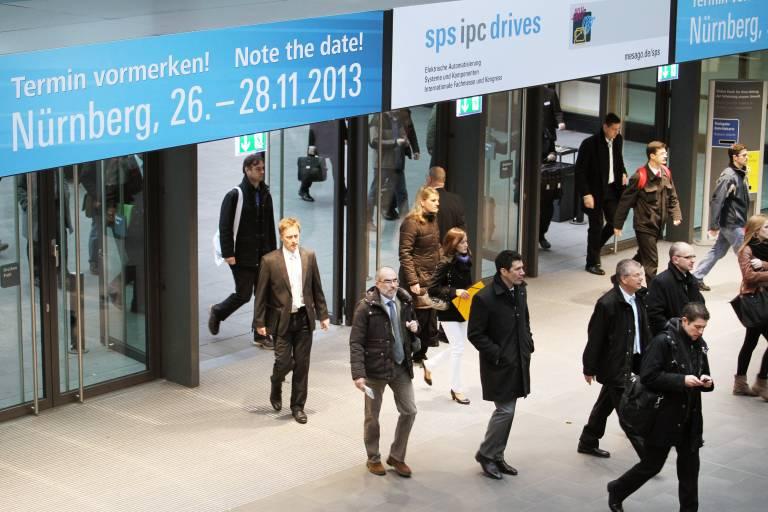 Die SPS IPC Drives in Nürnberg findet vom 26. bis 28. November 2013 statt und ist von 09:00 bis 18:00 Uhr, am Donnerstag bis 17:00 Uhr geöffnet.