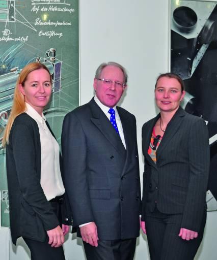 Dipl.-Betriebswirt (DH) Susanne Eberhardt und rechts DI (DH) Stefanie Reich. In der Mitte Eugen Rapp.