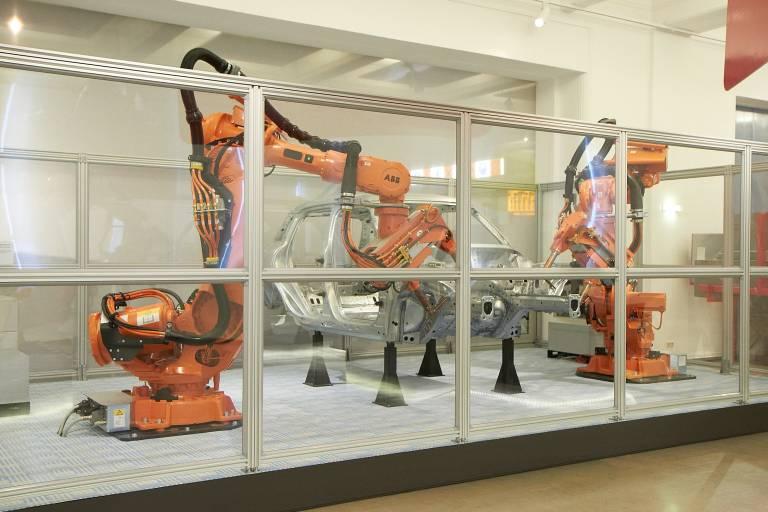 Die Punktschweißroboterstation von ABB ermöglicht Besuchern einen Blick in die Industriehallen der Autoimobilndustrie.