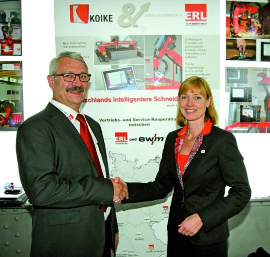 Auf dem 13. deutschen Brennschneidtag in Solingen geben Susanne Szczesny-Oßing und Martin Erl die Zusammenarbeit bekannt.