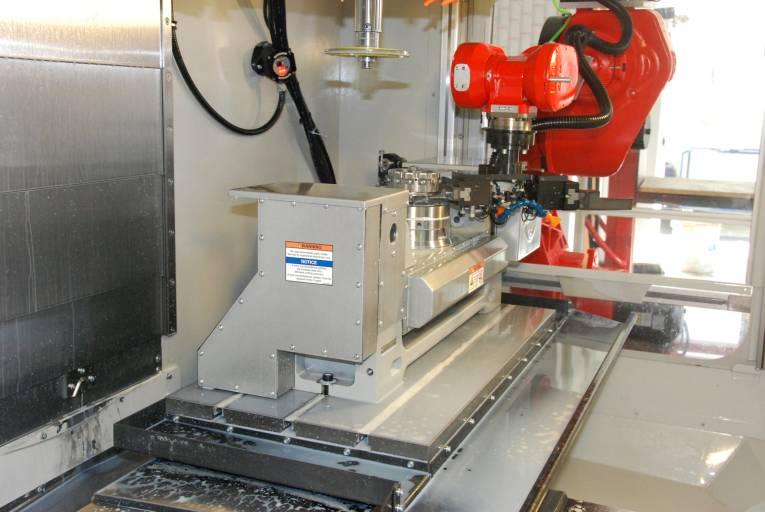 Beladen der Werkzeugmaschine mit dem Erowa Nullpunkt-Spannsystem.