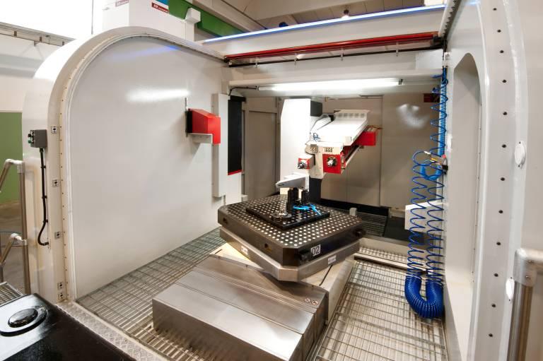 Die Maschine hat außerdem einen automatischen Wechsler für bis zu sechs Bohreinheiten um unterschiedliche Durchmesser ohne Unterbrechung fertigen zu können.