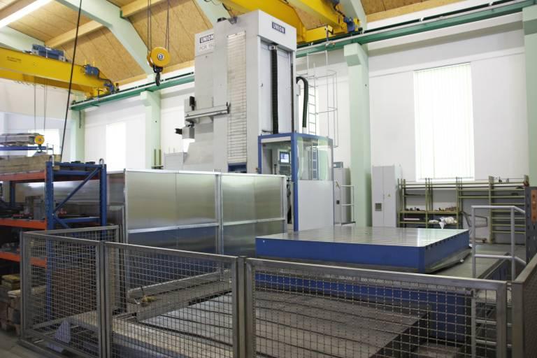 Die UNION PR 150 bei Kierein & Webel ist sowohl mit einem Dreh- und Verschiebtisch für 40 Tonnen Belastung (Tischplatte 2.500 x 2.500 mm mit 3.000 mm Verschiebachse) als auch mit einem zusätzlichen Karussell-Drehtisch samt Einhausung ausgestattet.