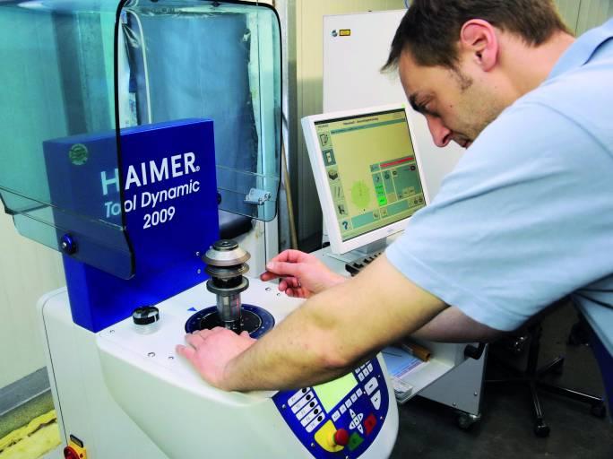 Wenig Aufwand, großer Vorteil: Innerhalb weniger Minuten werden Schleifscheibe und Aufnahme bei der Nipper GmbH gewuchtet, was mit perfektem Rundlauf und bester Wuchtgüte für beste Werkzeugqualität sorgt.