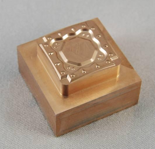 Elektrode für Wendeplatte (Cu-W, Schlichtwerkzeug: Ø 0,3 mm Kugelfräser, 2 h 10 min).