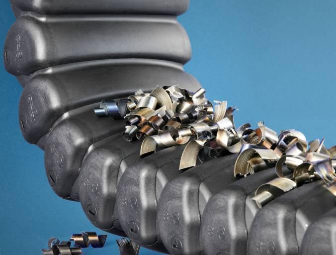 Kunststoff-Energierohr RX von igus: An der glatten, gewölbten Außenkontur fallen Späne bei Berührung mit der Oberfläche ab.