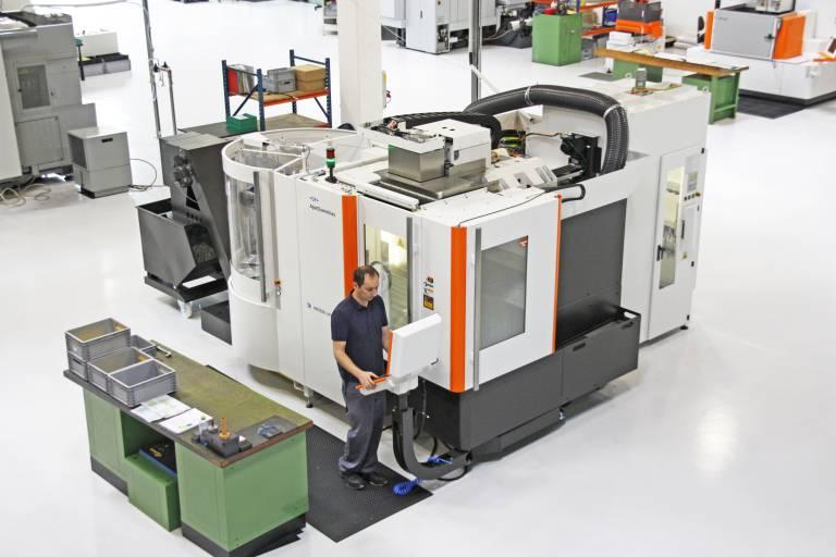 Die MIKRON HPM 450U mit dem 10-fach Palettenwechsler und dem Werkzeugmagazin mit 220 Werkzeugplätzen ist sehr kompakt ausgeführt und besticht laut Sistro durch ein ausgezeichnetes Preis-Leistungsverhältnis.