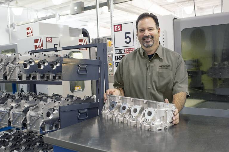 Wir haben hier vier Haas ES-5, um die Zylinderköpfe und Ansaugkrümmer zu bearbeiten. Mit ihnen überarbeiten wir auch die Auspuffventilsitze und passen ältere Entwürfe an neue an.  Larry Zentmeyer, Koordinator der Motorenwerkstatt.