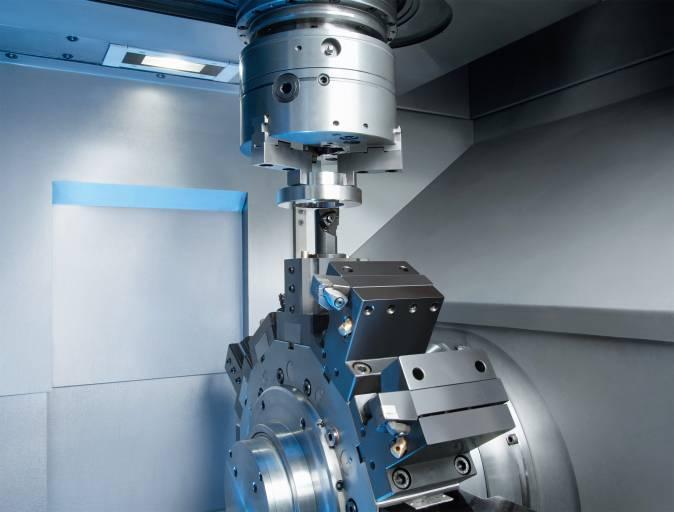 Arbeitsraum der VL 2: Mit zwölf Dreh- oder wahlweise bis zu zwölf  angetriebenen Bohr- und Fräswerkzeugen lassen sich vielfältige Bearbeitungen in einer Aufspannung ausführen. Optional kann die Maschine auch mit Y-Achse ausgestattet werden.