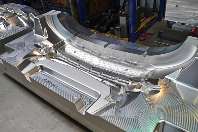 Zwei Formhälften für die Frontschürze eines Prototypen: Zwei-Meter-Form fünfachsig in Hundertstel-Genauigkeit gefräst.