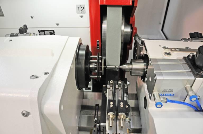 In der S11 ist auch eine 500 mm Durchmesser große Schleifscheibe, die rotierend abgerichtet werden kann, integriert.