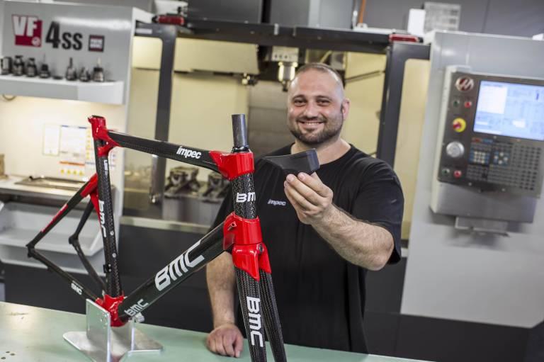 BMC setzt die Haas VF-4SS für das Fertigen von Lehren, Vorrichtungen, Kunststoffteilen, Prototypen für High-End BMC Fahrräder - sowie Teilefertigung für den Bereich Forschung und Entwicklung ein.