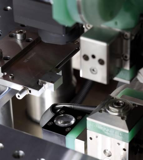 Mit der optionalen IVU Advance schlägt GF AgieCharmilles ein neues Kapitel in der Mikrobearbeitung auf. Das optische Messsystem ist so konzipiert, dass Werkstücke direkt in der Maschine visualisiert und vermessen werden.