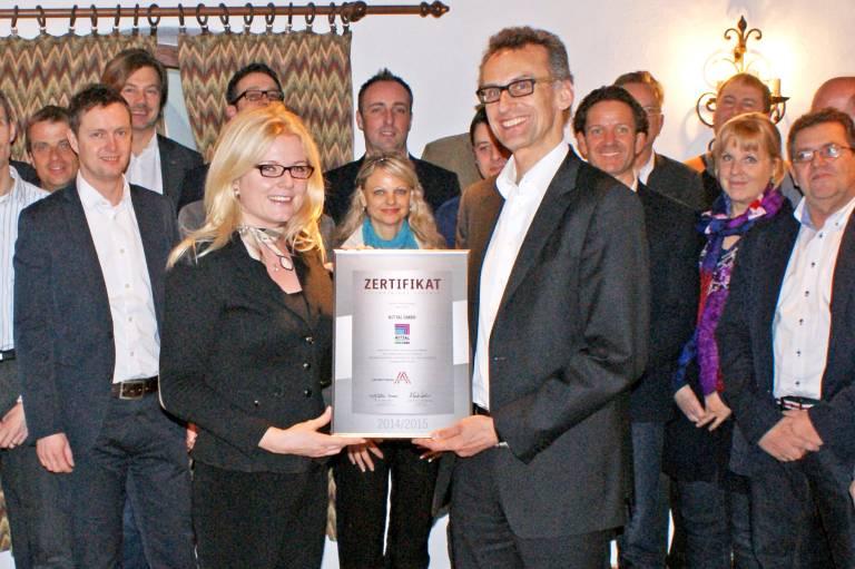 Rittal LBA Zertifikat Überreichung:  Mag. Monica Rintersbacher, Geschäftsführerin Leitbetriebe Austria, überreicht Ing. Marcus Schellerer, Geschäftsführer der Rittal GmbH, die Zertifizierung zum Leitbetrieb Austria.
