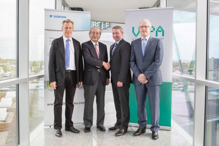Im Bild v. l. n. r.: Wolfgang Seel, Noboru Usami (Senior Executive Vice President Yaskawa Japan), Bob Linkenbach, Manfred Stern.   Bildquelle: VIPA / Fotograf: Rüdiger Merz