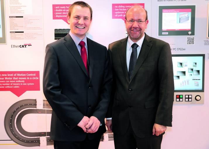 Tomáš Halva (links im Bild), Geschäftsführer des am 1. März gegründeten Beckhoff-Tochterunternehmens in der Tschechischen Republik, und Jens-Olaf Brede, Area Sales Manager aus der Beckhoff-Unternehmenszentrale.