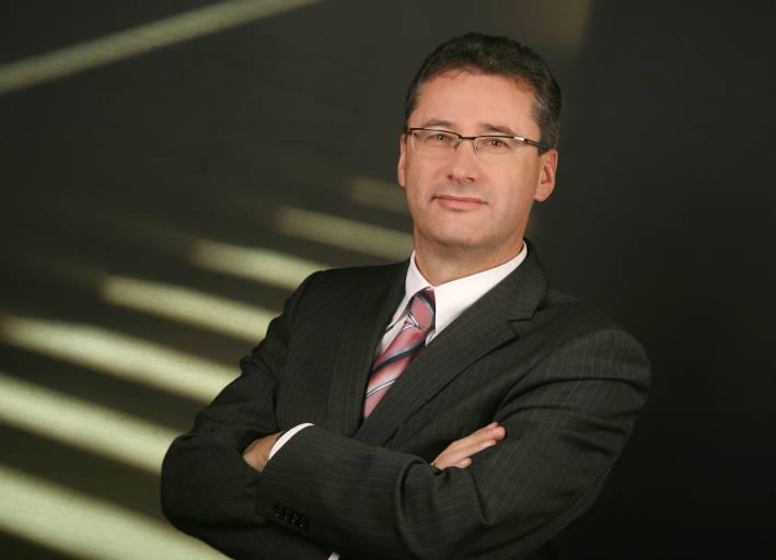 """Scharf beobachtend, genau hinterfragend und kritisch – T&G-Geschäftsführer Harald Taschek von seiner """"provokanten"""" Seite."""