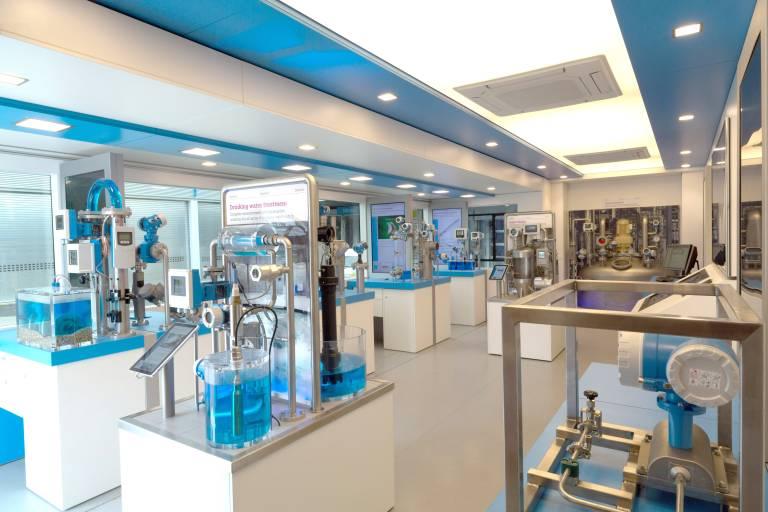 Auf 45 m² Showtruck-Ausstellungsfläche erleben Besucher voll funktionsfähige Exponate sowie eine Multimediastation von Endress+Hauser.