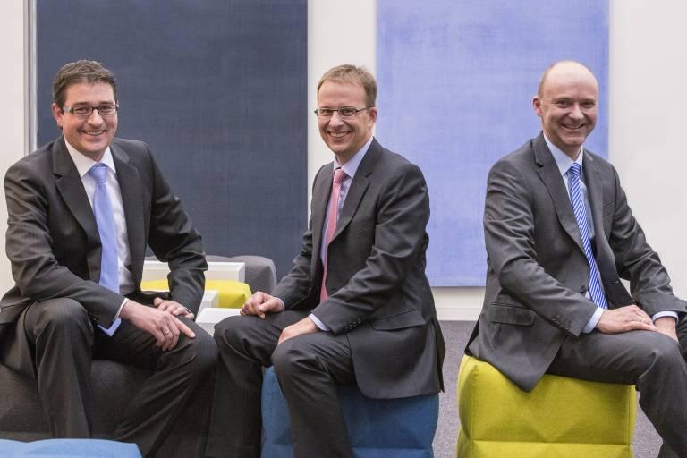 Dr. Jens König, Prof. Stefan Nolte und Dr. Dirk Sutter (von links) haben ultrakurze Laserpulse von der Grundlagenforschung zu einem neuen Werkzeug für die industrielle Massenfertigung entwickelt.