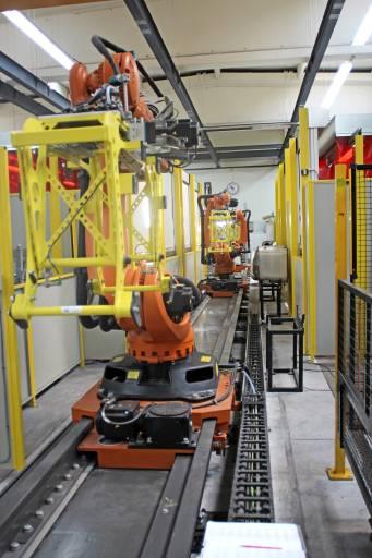 Die drei großen Handlingsroboter KUKA KR 270 R2700 ultra sind hintereinander auf der Lineareinheit KL 1500 montiert und bewegen die über 100 kg schweren Schalldämpfer-Teile zu den einzelnen Schweiß- und Kontrollstationen.