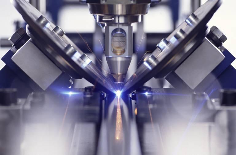 Laserschweißen eines Rohres mit kontinuierlicher Naht. Rollen formen Blech vom Coil zum Rohr.