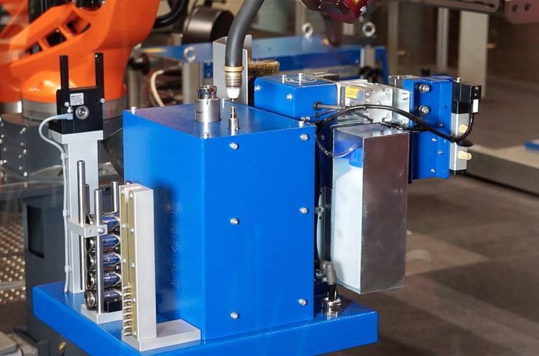 Der automatische Strom- und Gasdüsenwechsler entnimmt prozesssicher die Verschleißteile des Brenners und ersetzt diese vollautomatisch gegen Neue.