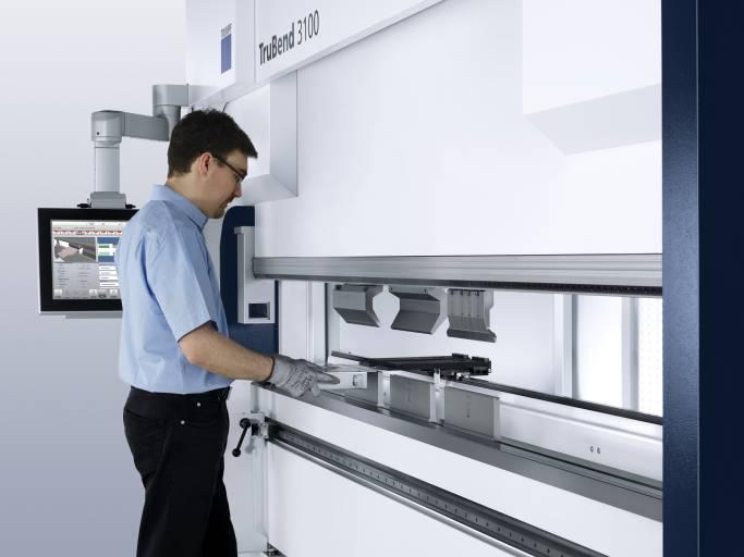 Die TruBend 3100 bietet eine Presskraft von 1.000 Kilonewton und eine Abkantlänge von drei Metern. Sie ist serienmäßig mit 2-Achs-Hinteranschlag ausgestattet und kann auf ein 4- oder 5-Achs-Anschlagssystem aufgerüstet werden. Damit lassen sich Bleche selbst bei komplexen Bauteilgeometrien sicher positionieren.