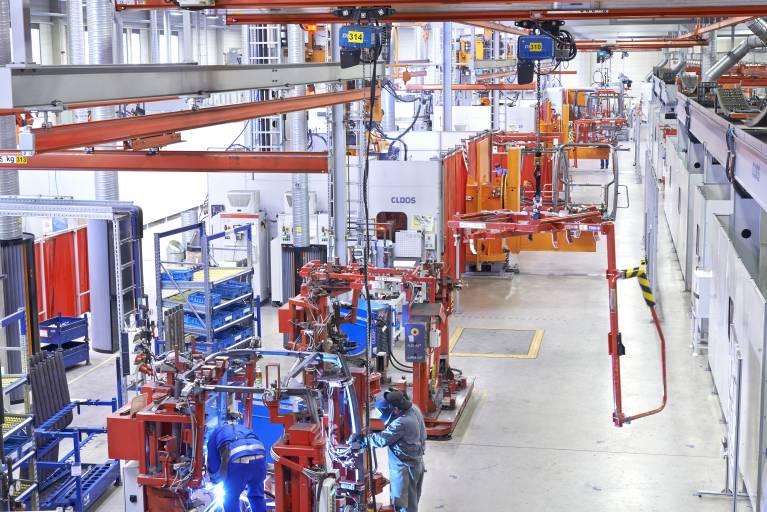 Die komplexe Fertigungslinie zum Verschweißen der Kabinen ist mehr als 70 Meter lang und besteht aus insgesamt zwölf Stationen.