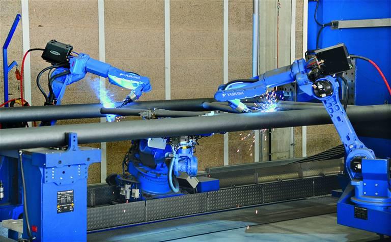 Eine Jigless-Sonderschweißanlage übernimmt die vollautomatische Fertigung von Kranauslegern in über 50 Varianten. (Bild:Ralf Högel)