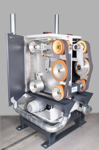 Ein Vorteil der SHL-Doppel-Kontaktrollen-Schleifmaschine DKS250/450 ist der geringe Platzbedarf. Bei der DKS wurden zwei Schleifbänder auf engstem Raum verbaut.