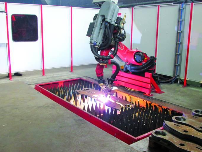 Bei AMBO-STAHL verrichtet seit September 2013 der Biber Fasenschneidroboter zuverlässig seine Arbeit. Hier beim Plasmaschneiden. (Bilder: Ambo-Stahl)