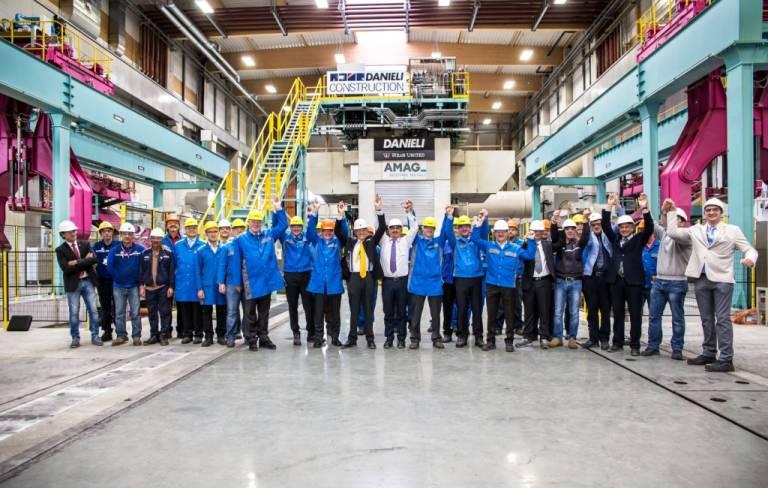Der Vorstand der AMAG Austria Metall AG freut sich gemeinsam mit dem Projektteam über die erfolgreiche Inbetriebnahme des Warmwalzwerks.
