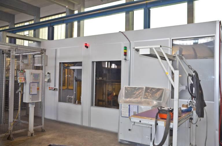 Die SHL-Roboter-Schleifanlage in der Halle der Regensburger Druckgusswerke Wolf (RDW).