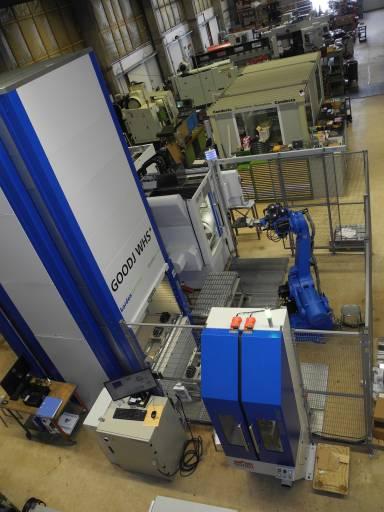 Die Komponenten der Automationslösung bei Meienberg im Überblick: Links der Turmspeicher mit dem Bedienpult davor, dahinter das 5-Achs-Bearbeitungszentrum FZ 12 FX von Chiron, rechts davon der Roboter, vorne rechts die Rüststation.