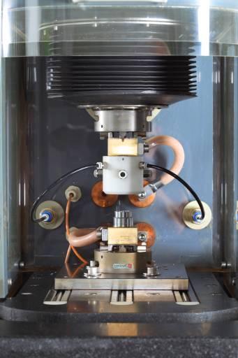 Die PEM 400 Compact eignet sich ideal für die Serienfertigung von Metallteilen mit einfachen bzw. mehrfachen Bearbeitungsschritten. Arbeitsraum und Maschinentisch sind 380 Millimeter breit und 500 Millimeter tief, die Stromstärke ist auf 1.000 Ampere beschränkt.