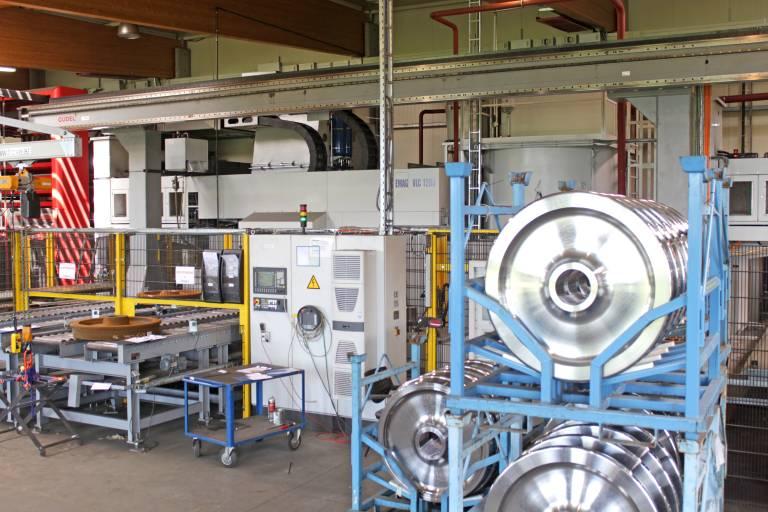 SMW fertigt auf einer EMAG VLC 1200 Vertikaldrehmaschine, automatisiert mit einem GÜDEL 2-Achs-Portal Typ ZP-6, für namhafte Hersteller Dreh-, Fräs- und Blechkomponenten für die Hochgeschwindigkeitszüge ICE 1 und ICE 2. Die Fertigung inkludiert das Drehen, Markieren, Wuchten, Ultraschallprüfen, Magnetpulverprüfen, Vermessen und Lackieren. Das Fertigungskonzept ist für Bauteile bis 800 kg ausgelegt.