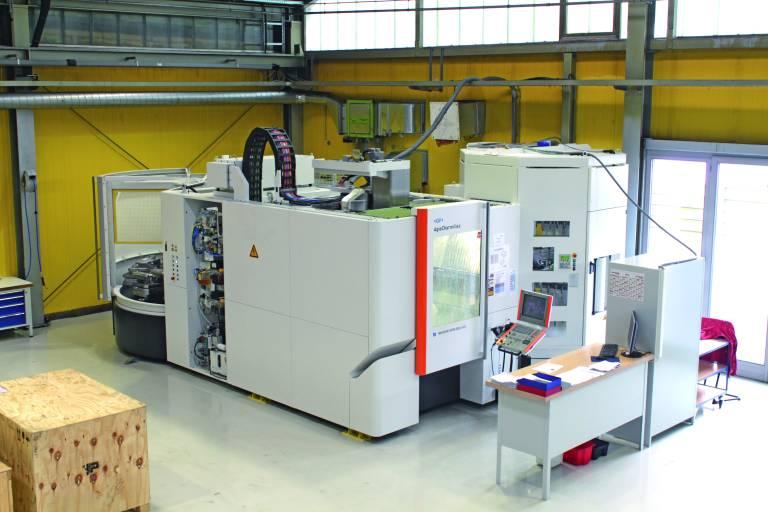 Nur knapp 34 m² Grundfläche nimmt die teilautomatisierte Kombination bei Rathgeber aus dem 5-Achs-Bearbeitungszentrum MIKRON HPM 800U, dem 7-fach WPC-Palettenwechsler und dem ATC-Werkzeugmagazin mit 245 Werkzeugplätzen ein.