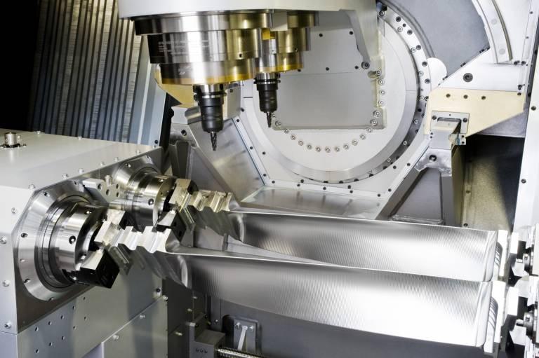 Maschine bei der Herstellung von Schaufeln für Flugzeugtriebwerke und Turbinen.