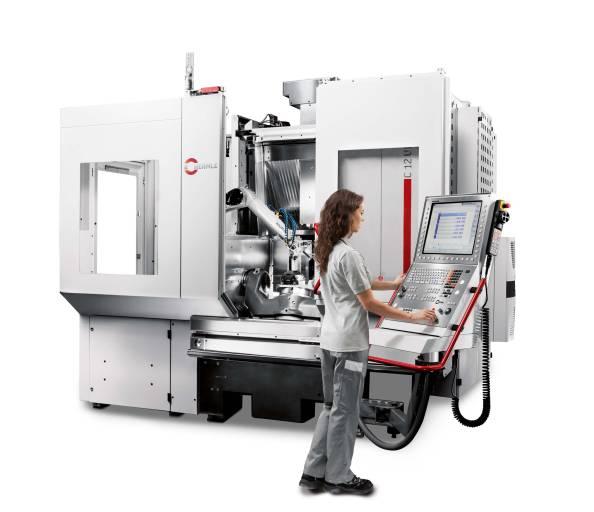 Das Bearbeitungszentrum C 12 U dynamic mit links adaptiertem Robotersystem RS 05.