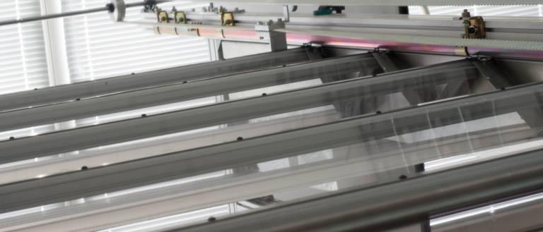 Roover, eine licht-durchlässige Faltdachlösung für große Maschinendächer. Die glasklar transparenten Elemente bestehen aus einem speziellen thermoplastischen Kunststoff, Bürsten sorgen für zusätzliche Abdichtung an den Rändern.