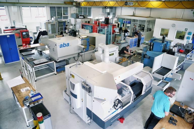 Der moderne Werkzeugbau bei ACH dient sowohl der Herstellung von Spritzgießwerkzeugen im Kundenauftrag als auch der Fertigung von Komponenten für komplette Turn-Key-Lösungen im Mehrkomponenten-Spritzgießverfahren.