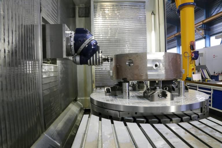 Der stufenlose Universal-Fräskopf bietet mit 32 kW ausreichend Leistung für anspruchsvolle Fräs- und Bohroperationen.