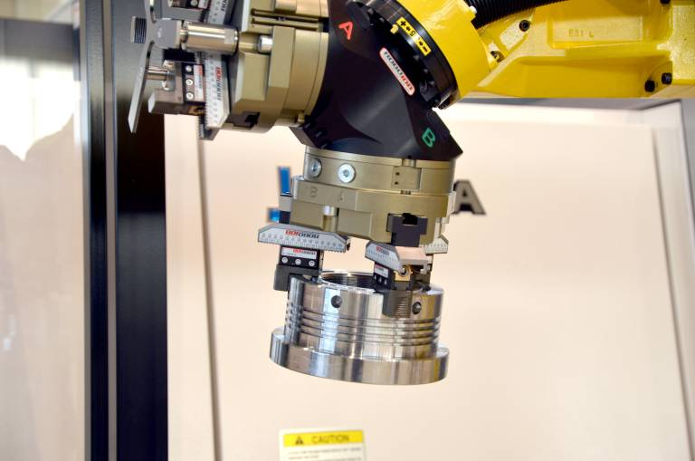Der Roboter kann sowohl mit Universalgreifersystemen wie beispielsweise von Schunk als auch mit Spezialgreifern ausgerüstet werden.