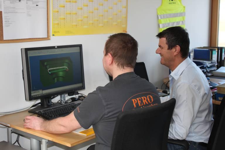Enger Schulterschluss mit dem Kunden bis in die Arbeitsvorbereitung hinein – ein Mehrwert, den PERO Kunden wie z.B. PRECUPA Technology (Im Bild rechts Peter Lengauer) gerne nutzen und schätzen.